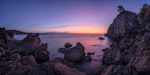 A colourful sunrise over Torbay with warm light on rocks, Babbacombe, Torquay, Devon, England, Uniteの写真素材 [FYI03797277]