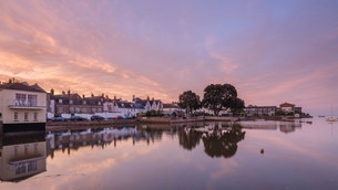Soft dawn sky over riverside properties with a mirror calm River Exe at Topsham, Devon, England, Uniの写真素材 [FYI03797279]