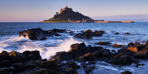 Winter dawn looking at St. Michael's Mount in Marazion, Cornwall, England, United Kingdom, Europeの写真素材 [FYI03797284]