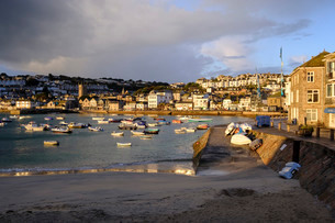 Early morning view across the harbour at the popular and scenic town of St. Ives, Cornwall, England,の写真素材 [FYI03797313]
