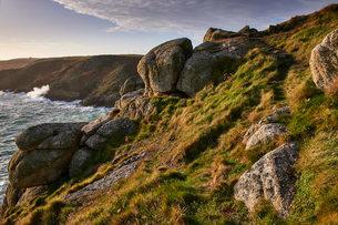 Warm light on Rospletha cliff, Porthchapel, Porthcurno, Cornwall, England, United Kingdom, Europeの写真素材 [FYI03797318]