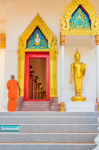 A monk at Mongkol Nimit temple (Wat) in Phuket old town, Phuket, Thailand, Southeast Asia, Asiaの写真素材 [FYI03797357]
