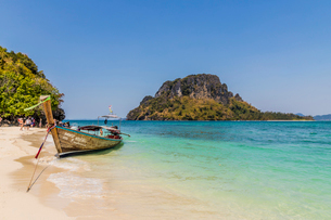 A long tail boat on Tup Island in Ao Nang, Krabi, Thailand, Southeast Asia, Asiaの写真素材 [FYI03797379]
