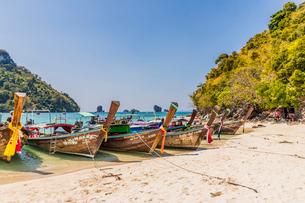 Long tail boats on Tup Island in Ao Nang, Krabi, Thailand, Southeast Asia, Asiaの写真素材 [FYI03797382]