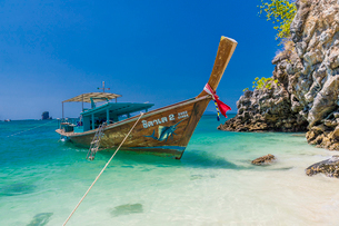 A long tail boat on Tup Island in Ao Nang, Krabi, Thailand, Southeast Asia, Asiaの写真素材 [FYI03797383]