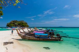 Long tail boats on Tup Island in Ao Nang, Krabi, Thailand, Southeast Asia, Asiaの写真素材 [FYI03797389]