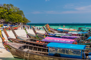 Long tail boats on Tup Island in Ao Nang, Krabi, Thailand, Southeast Asia, Asiaの写真素材 [FYI03797390]