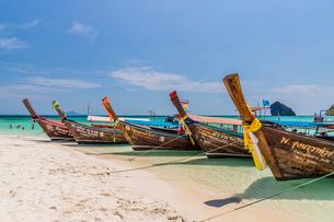 Long tail boats on Tup Island in Ao Nang, Krabi, Thailand, Southeast Asia, Asiaの写真素材 [FYI03797391]