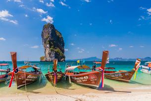 Long tail boats on Poda Island in Ao Nang, Krabi, Thailand, Southeast Asia, Asiaの写真素材 [FYI03797394]