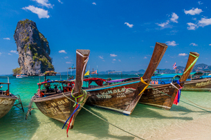 Long tail boats on Poda Island in Ao Nang, Krabi, Thailand, Southeast Asia, Asiaの写真素材 [FYI03797395]