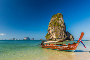 Long tail boat on Phra Nang Cave Beach on Railay in Ao Nang, Krabi Province, Thailand, Southeast Asiの写真素材 [FYI03797397]
