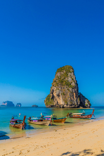 Long tail boats on Phra Nang Cave Beach on Railay in Ao Nang, Krabi Province, Thailand, Southeast Asの写真素材 [FYI03797398]