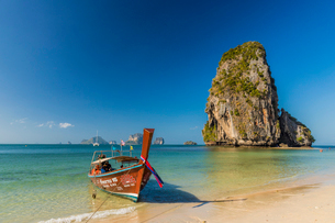 Long tail boat on Phra Nang Cave Beach on Railay in Ao Nang, Krabi Province, Thailand, Southeast Asiの写真素材 [FYI03797399]