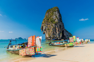 Food stalls on long tail boats on Phra Nang Cave Beach on Railay in Ao Nang, Krabi Province, Thailanの写真素材 [FYI03797400]
