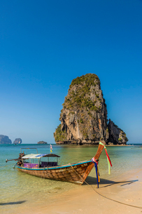 Long tail boat on Phra Nang Cave Beach on Railay in Ao Nang, Krabi Province, Thailand, Southeast Asiの写真素材 [FYI03797402]