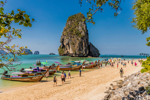 Long tail boats on Phra Nang Cave Beach on Railay in Ao Nang, Krabi Province, Thailand, Southeast Asの写真素材 [FYI03797403]