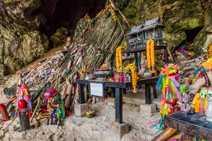Phra Nang Princess Cave, a shrine to fertility, on Railay in Ao Nang, Krabi Province, Thailand, Soutの写真素材 [FYI03797404]
