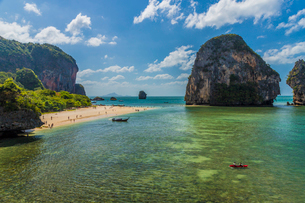 Karst landscapes in Railay, Ao Nang, Krabi Province, Thailand, Southeast Asia, Asiaの写真素材 [FYI03797405]