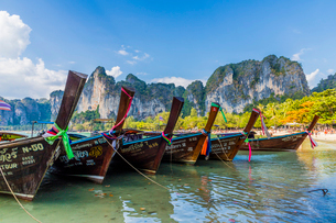 Long tail boats and karst scenery on Railay beach in Railay, Ao Nang, Krabi Province, Thailand, Soutの写真素材 [FYI03797408]