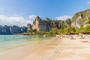 Railay beach and karst scenery in Railay, Ao Nang, Krabi Province, Thailand, Southeast Asia, Asiaの写真素材 [FYI03797409]
