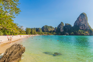 Railay beach and karst scenery in Railay, Ao Nang, Krabi Province, Thailand, Southeast Asia, Asiaの写真素材 [FYI03797410]