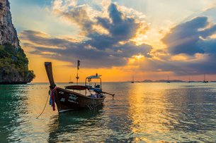 A long tail boat at sunset on Railay beach in Railay, Ao Nang, Krabi Province, Thailand, Southeast Aの写真素材 [FYI03797411]
