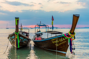 Long tail boats at sunset on Railay beach in Railay, Ao Nang, Krabi Province, Thailand, Southeast Asの写真素材 [FYI03797412]
