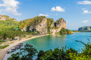 Tonsai beach and karst landscape in Railay, Ao Nang, Krabi Province, Thailand, Southeast Asia, Asiaの写真素材 [FYI03797413]