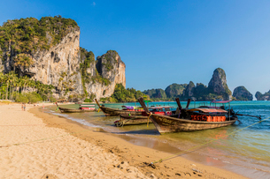 Long tail boats on Tonsai beach and karst landscape in Railay, Ao Nang, Krabi Province, Thailand, Soの写真素材 [FYI03797414]