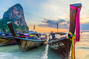 Long tail boats at sunset on Railay beach in Railay, Ao Nang, Krabi Province, Thailand, Southeast Asの写真素材 [FYI03797415]