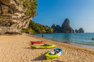 Tonsai beach and karst landscape in Railay, Ao Nang, Krabi Province, Thailand, Southeast Asia, Asiaの写真素材 [FYI03797417]
