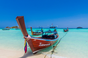 ColouRF-NEul long tail boats on Ko Lipe island in Tarutao National Marine Park, Thailand, Southeastの写真素材 [FYI03797421]