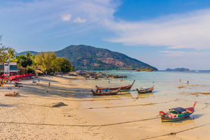 Long tail boats in Ko Lipe, in Tarutao National Marine Park, Thailand, Southeast Asia, Asiaの写真素材 [FYI03797436]