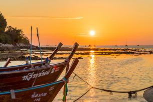 Sunset in Ko Lipe, in Tarutao National Marine Park, Thailand, Southeast Asia, Asiaの写真素材 [FYI03797441]