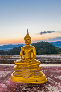 A statue of Buddha at the Tiger Cave Temple in Krabi, Thailand, Southeast Asia, Asiaの写真素材 [FYI03797452]