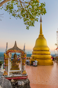 The top of the Tiger Cave Temple in Krabi, Thailand, Southeast Asia, Asiaの写真素材 [FYI03797459]