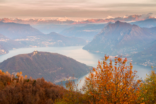 Iseo Lake, Monte Isola and Orobie Alps at sunset with fog in autumn season, Brescia Province, Lombarの写真素材 [FYI03797494]