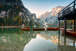 Lake of Braies in autumn with the typical boats of the place, Bolzano Province, Trentino-Alto Adige,の写真素材 [FYI03797498]