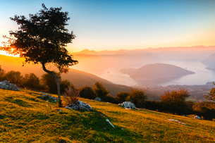 Iseo Lake and Monte Isola at sunset with fog in autumn season, Brescia Province, Lombardy, Italy, Euの写真素材 [FYI03797499]