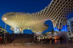 La Setas de Sevilla, Metropol Parasol is a wooden structure located at La Encarnacion square at sunsの写真素材 [FYI03797521]
