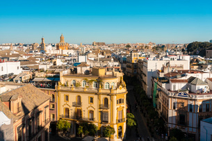 View of the historic center of Seville from the top of the Cathedral of Seville, Seville, Andalucia,の写真素材 [FYI03797530]