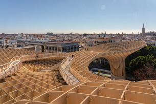 Setas de Sevilla, Metropol Parasol a huge wooden modern architecture structure with Seville historicの写真素材 [FYI03797543]