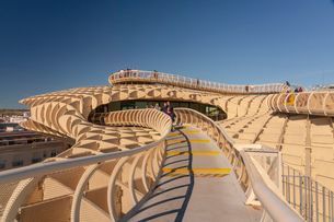 Setas de Sevilla, Metropol Parasol a huge wooden modern architecture structure, Seville, Andalucia,の写真素材 [FYI03797548]