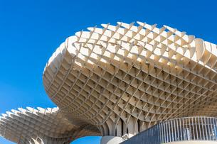 Setas de Sevilla, Metropol Parasol, a wooden modern architecture structure with an archaeological muの写真素材 [FYI03797550]