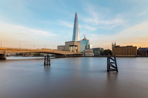 Long exposure of the River Thames with London Bridge and The Shard in the background by sunset, Londの写真素材 [FYI03797570]