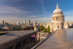 Skyline of London seen from One New Change, City of London with St. Paul's Cathedral seen from aboveの写真素材 [FYI03797576]