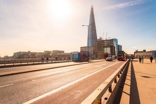 London Bridge with red buses and The Shard in the background, London, England, United Kingdom, Europの写真素材 [FYI03797581]