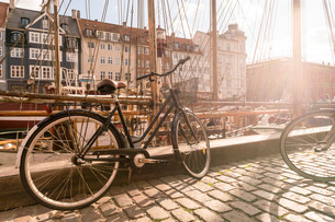 A bike parked on Nyhavn, the historic harbour, Copenhagen, Denmark, Europeの写真素材 [FYI03797627]