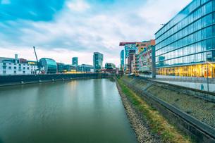 Gehry Buildings and Media Hafen, DusseldoRF-NE, North Rhine-Westphalia, Germany, Europeの写真素材 [FYI03797641]