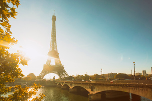 Eiffel Tower early in the morning, viewed from the other side of the River Seine, Paris, France, Eurの写真素材 [FYI03797678]